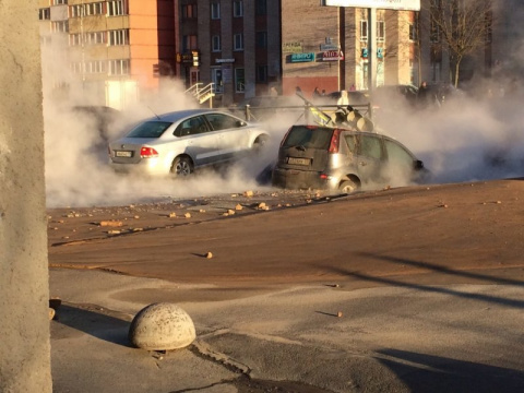 В Петербурге прорвало трубу и машины провалились в кипяток