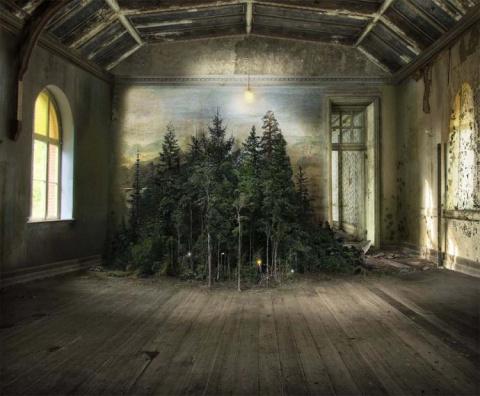 Художница использует вековую технику для создания сюрреалистических комнатных пейзажей