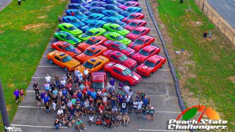 Фанаты Dodge Challenger сделали радугу из своих автомоблей