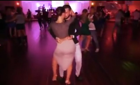 Не знаю, как от танца, но от девушки точно глаз не оторвать!