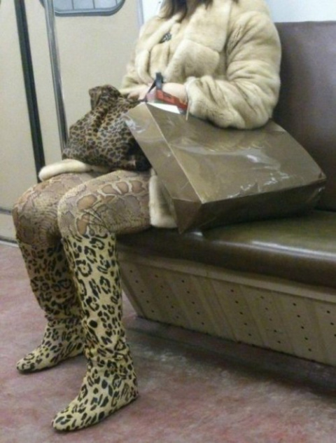 Модники и модницы в метро (21 фото)