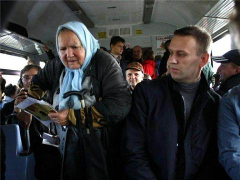 80-летняя бабуля наскребла гору мелочи для проезда в автобусе. Водитель не выдержал и вышел вон