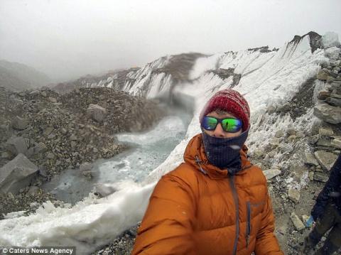 Счастливчик: британский турист чуть не умер на Эвересте, а в Мьянме его поезд сошел с рельсов