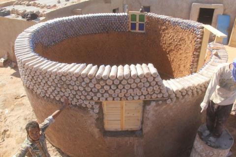 Мужчина построил 25 домов из…