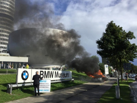 Мужчина сжег BMW напротив гл…