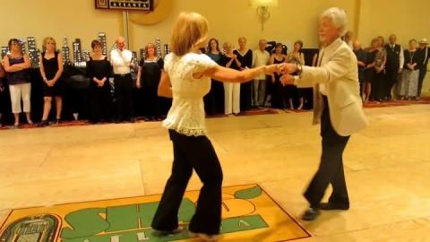 Танец этой немолодой пары по…