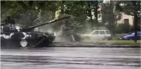 В Минске танк снес фонарный …
