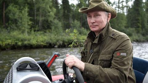 Зачем Путин положил в карман ветку?