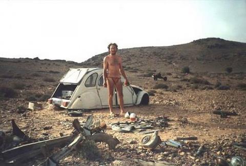 Машина этого парня сломалась посреди пустыни...