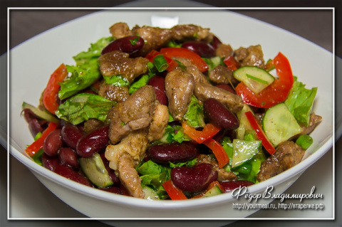Салат из свежих овощей фасоли  и жареной свинины