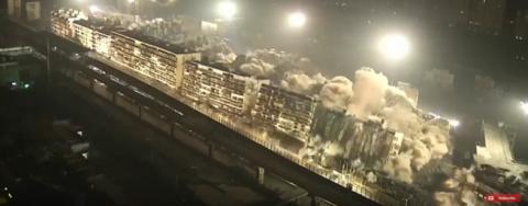 В Китае одним взрывом снесли 19 жилых домов