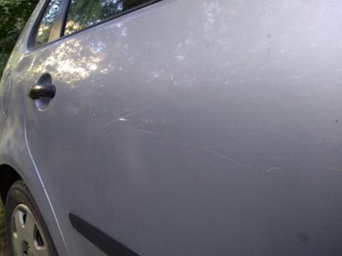 Втихаря царапают машину