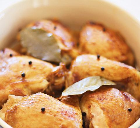 Куриные бедрышки с перцем в тажине