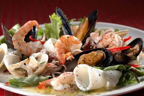 Любители морепродуктов ежегодно съедают тысячи частиц микропластика