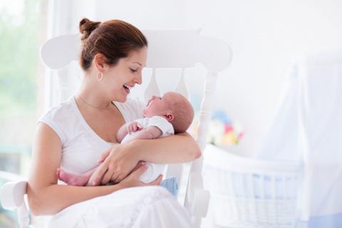 Почему матери держат младенцев слева