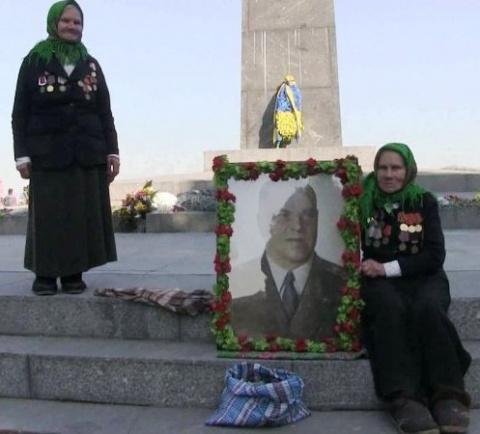 Две сестры встали у мемориала Неизвестному солдату в Киеве, отстояв его у бандеровцев
