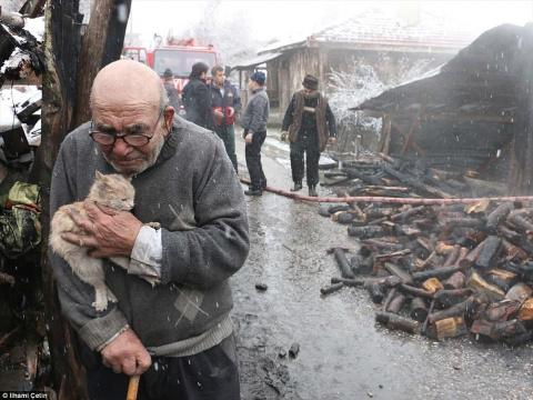 Старик обнимает выжившего ко…