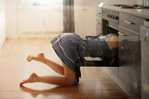 Она поставила пирог в духовк…