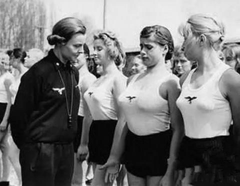 """Чему учили женщин в """"школах подготовки жен"""" для нацистов"""