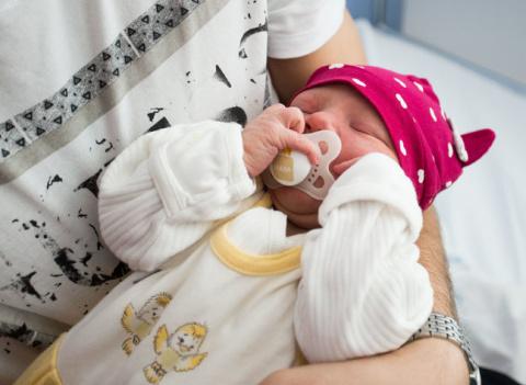 Носить на руках младенца или…