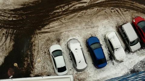 Автомобили, пострадавшие от падения сосулек в Санкт-Петербурге