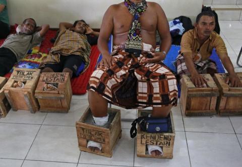 Зачем индонезийские фермеры зацементировали себе ноги?