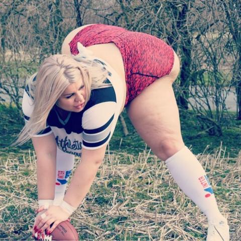 Два метра в обхвате! 25-летняя шведка не может перестать увеличивать ягодицы