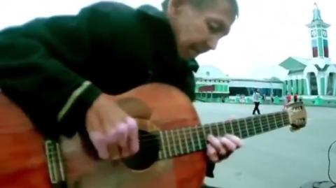 Бомж играет на гитаре «Город, которого нет». Сверхъестественно красивая игра!