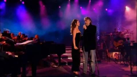 Мурашки по коже! Андреа Бочелли поет вместе с женой «Осенние листья»