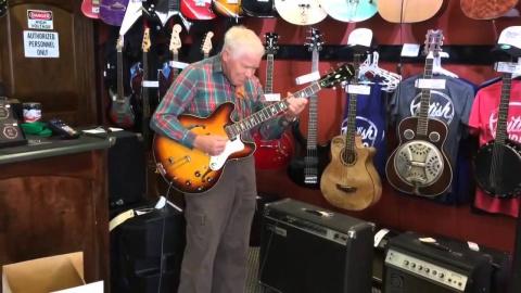 81-летний старичок решил проверить гитару перед покупкой