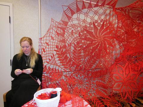 Красное кружево на стенах выставочного зала: гигантская вязаная инсталляция