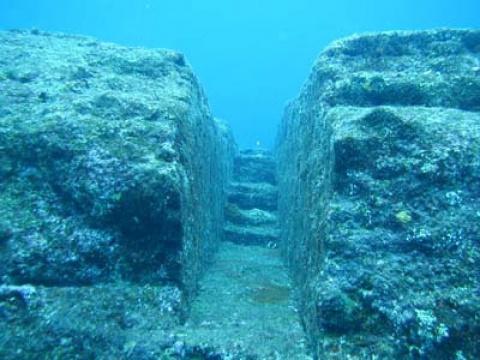 Загадочная подводная стена, …