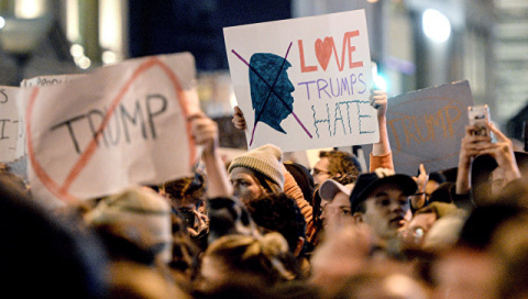 СМИ узнали, сколько платят участникам протестов против Трампа