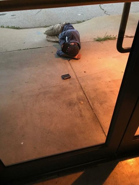 Бездомный уснул возле приюта…