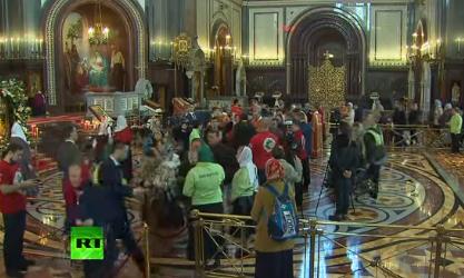 Шаг к святыне: в храме Христа Спасителя верующие поклоняются мощам Николая Чудотворца