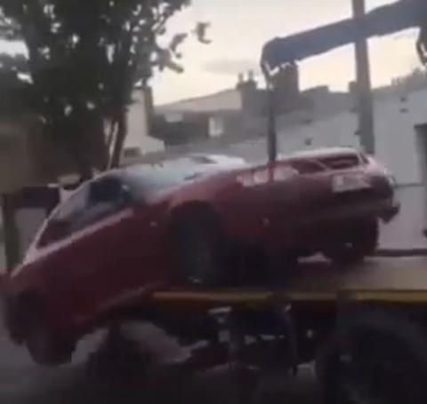 Владелец спрыгнул на своем Saab с эвакуатора