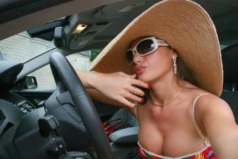"""Подъехали к Макдональдсу одновременно BMW-кабриолет с """"кисой"""" и восьмерка"""