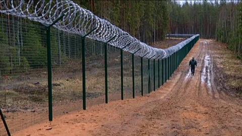Двухметровый забор на границ…