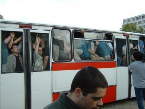 Женщина ехала в автобусе, де…