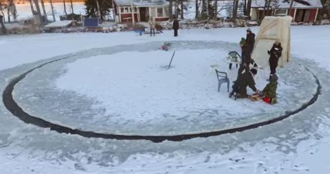 В Хельсинки создали гигантскую ледяную карусель