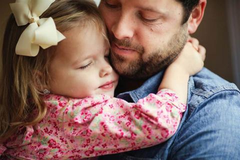 Маленькая дочка ухаживала весь день за больным папой. Только послушай, что она сказала вечером маме!