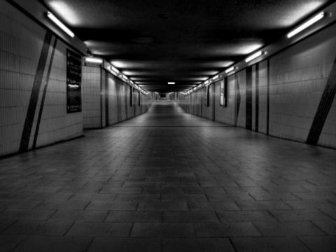 Девушка зашла ночью в подзем…