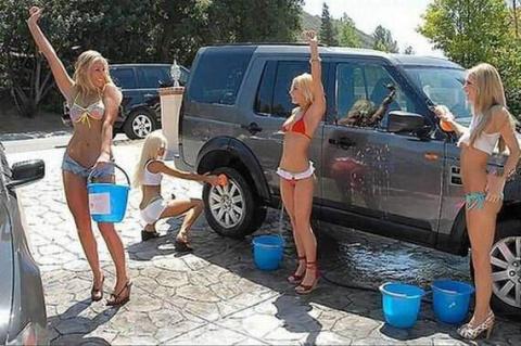 Девушки, которые любят мыть автомобили (26 фото)