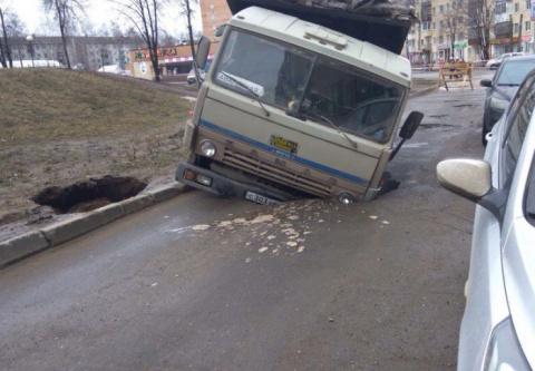 В Ижевске подъемный кран, вытаскивавший «КамАЗ» из ямы, сам провалился в яму