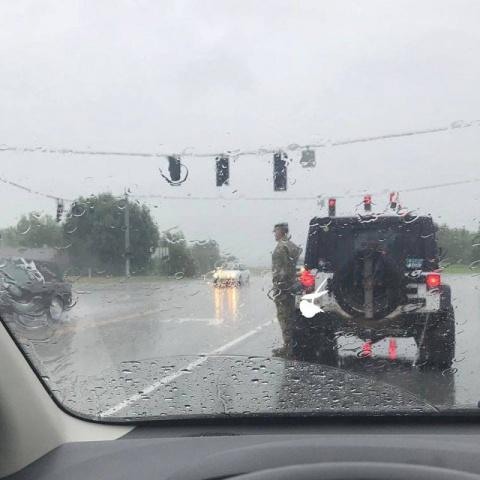 Фотография солдата США, стоящего под проливным дождём, распространилась по интернету...