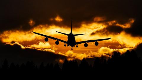 Несущийся самолет-призрак сн…