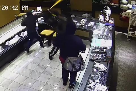 Грабители-неудачники не сумели добраться до драгоценностей во время налета на ювелирный магазин в США