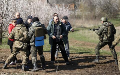 Вооруженные боевики АТО заставляют жителей ДНР подписывать контракт с ВСУ
