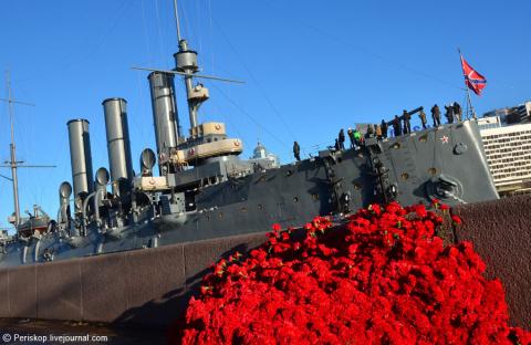 8500 красных гвоздик к Крейсеру Революции...