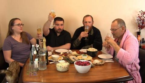 Обращение Путина, оливье и Советское шампанское: американцы встречают Новый год по-русски